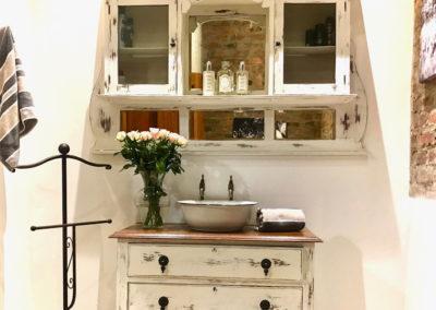16-guest-bathroom-vanity
